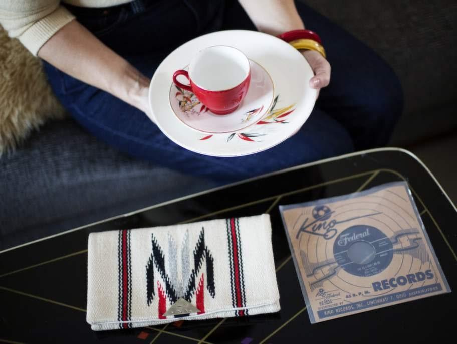 """Carolines 3 favoritprylar:» Rött och vitt barrattsporslin från serien Delphatic.» EP med Billy Gales - """"Sad as a man can be"""".» Chimayoväska som hon har fått i present av en vän. """"Chimayo är ett mexikanskt område där man har vävt i ull och skapat fantastiskt vackra textiler sedan mitten av 1800-talet"""" berättar hon."""