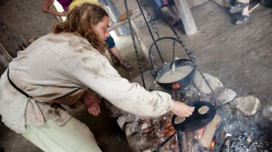 Brödbak i vikingabyn Valshall.