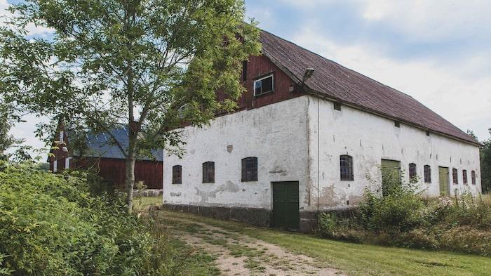Många har blivit intresserade av fastigheten, som även har ett vackert gammalt kalkstenshus.