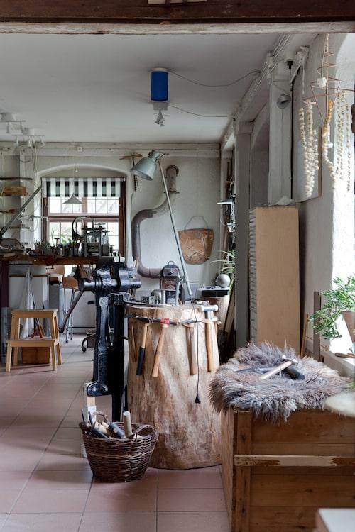 Ateljén ligger i direkt anslutning till bostaden. På huggklubben har hon hängt verktyg så att hon lätt kommer åt dem när hon arbetar.