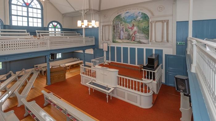 Kyrksalen på entréplan är ungefär 165 kvadratmeter stor.