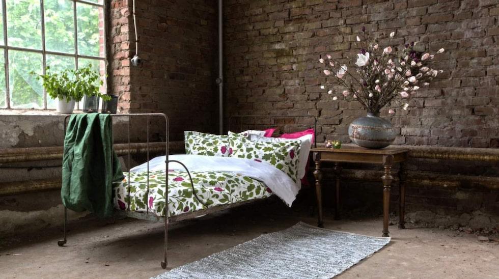 Ljungbergs textilverkstad har handtryckta tyger av kända formgivare. Här ett påslakanset sytt av tyget Botanica.