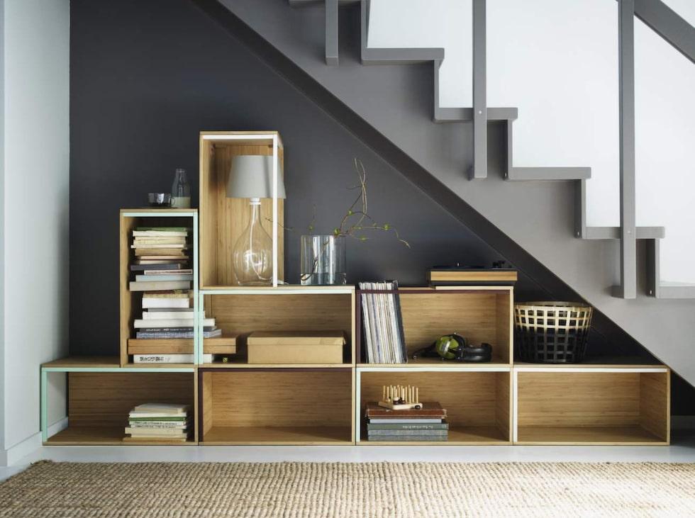 Förvara under trappan. Här är ett fint exempel på hur du kan utnyttja svårmöblerade vrår. Moduler av bambu, Ikea PS 2014.