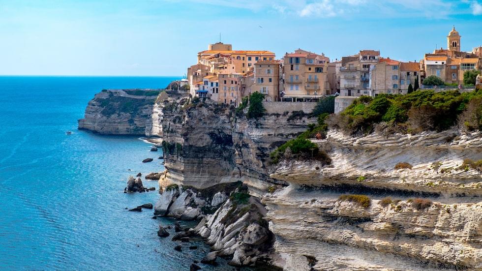 Korsikanska Bonifacio balanserar bokstavligen på klippkanten.