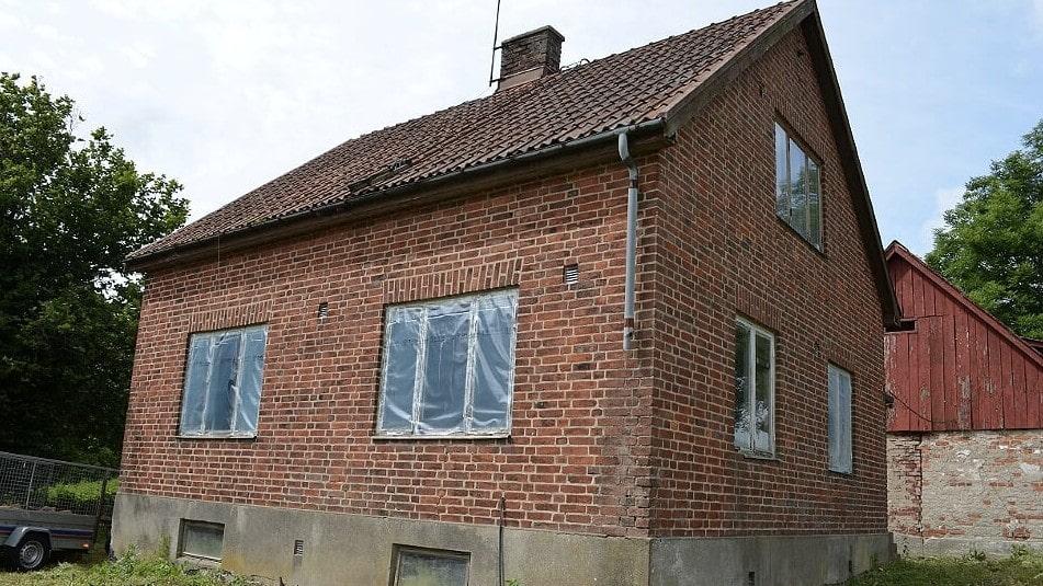 Huset som det såg ut när Paula och David började riva och renovera. Inuti var det totalt obeboeligt och hade varit övergivet i 15-20 år. Se fler bilder längre ned!