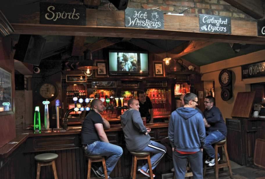 <strong>Pubhäng. </strong>I Carlingford är pubarna mötesplatser alla tider på dygnet.