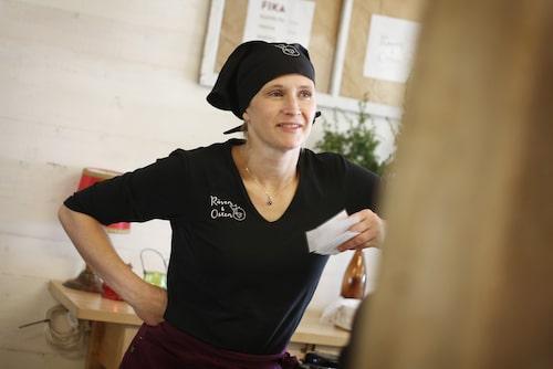 Matilda Johansson på Räven & Osten i Järnforsen ystar komjölksostar på mjölk som hon köper från granngården.