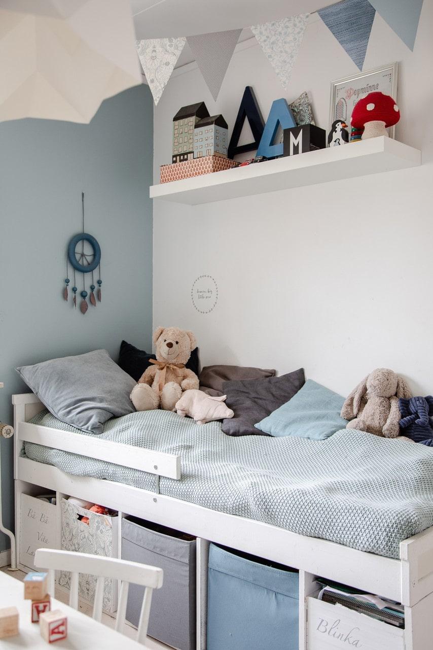 Barnens rum är inte lika grå som övriga huset. Ett av barnrummen har fått bra förvaring under sängen.