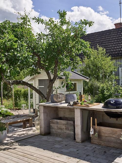 Paret älskar att laga mat det egenbyggda uteköket. Uteköket är byggt av lecablock som är putsade. Bänkskivan är gjuten i betong.