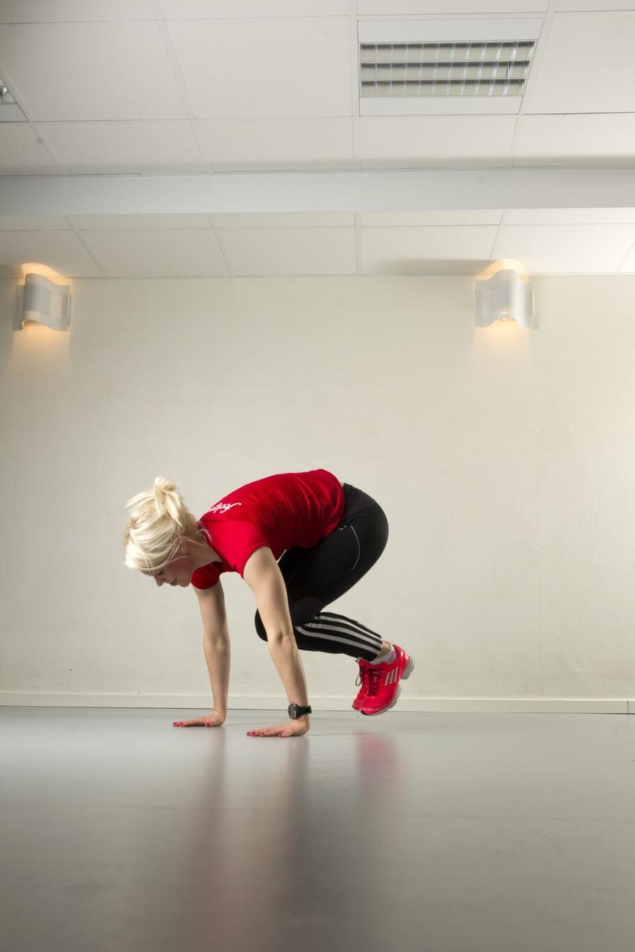 BonusrundaSet 4 Övning 1 BurpeesGör ett upphopp och kom direkt  ner med händerna på marken, sittande på huk. Hoppa jämfota bakåt med  fötterna och gör en armhävning. Hoppa sedan jämfota tillbaka till huk  och börja om igen. Repetera 10 gånger.Lättare variant: Gå bak till knä och gör amhävningen på knä, i stället för på tårna.