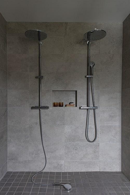 Badrummet har fått två duschblandare från Ahlsell.