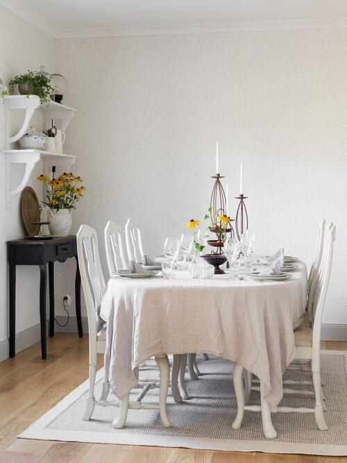 Intill vardagsrummet finns en ljus matplats. Svart bord, från antikaffären  Tysslingemöbler. Vägghylla, loppis. Matsalsgruppen i bondrokoko är nyproducerad, från en nu nedlagd affär i Örebro. Tapet, Sigfrid, Villa Dalarö, Sandberg.
