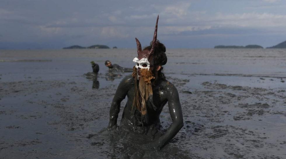 Kladdigt på den årliga lerfestivalen Bloco da Lama i den brasilianska kuststaden Paraty.