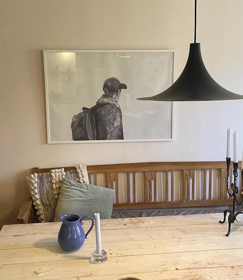 Det robusta köksbordet har sambon snickrat. Bordet fungerar också som arbetsplats när Liv Mjönes läser manus.