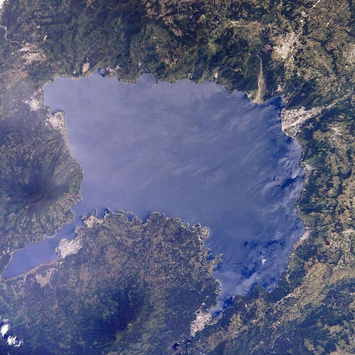I Atitlán-sjöns mörka vatten ligger Sambaj.