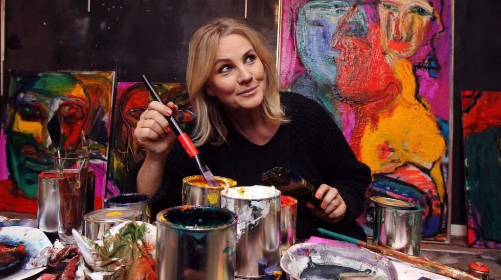 """Frossa i färg. Birgitte har fått möjligheten att jobba med de specialfärger som gjordes specifikt åt konstnären Bengt Lindström från Nordsjö färg. """"Det är en helt annan konsistens så jag har gått lös alldeles överjävligt"""", säger Birgitte. """"Jag hatar att stå och klämma ur tuberna och så kommer det bara slattar. Oljefärg ska komma i hinkar så man bara kan frossa i det!"""""""