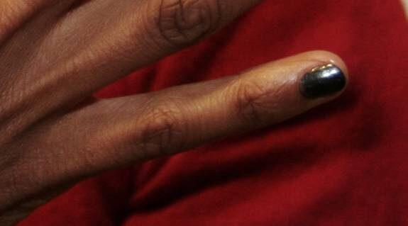 Lillfingret: För galakvällen. – Svart pärlemo kan man använda med glitter och stenar. Men den är lika snygg som den är.