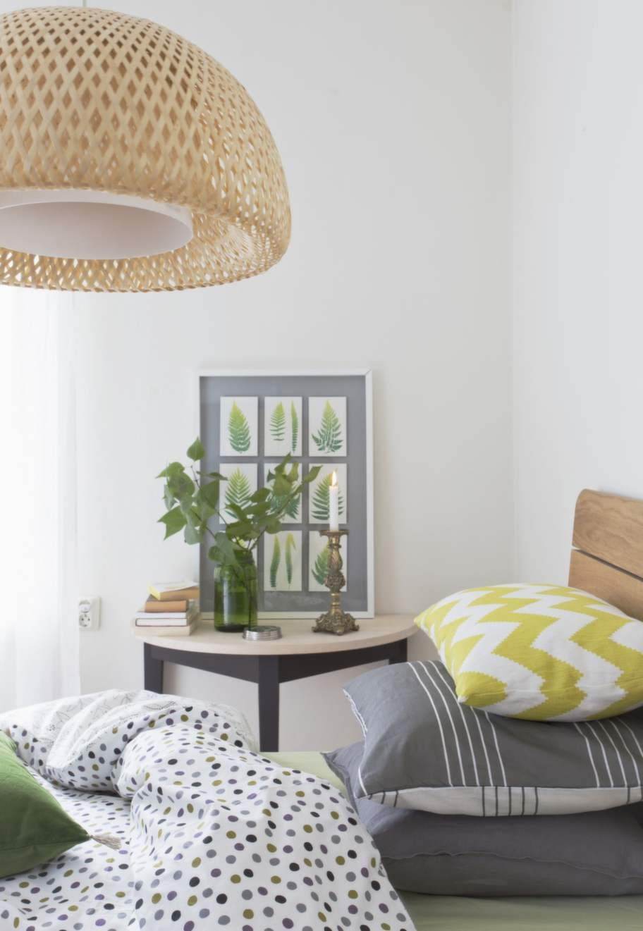 STILRENTTrämöbler, äggskalsfärgade väggar och lakan i en gråvit färgskala ger sovrummet en sval och lugn karaktär. Halvmånebord i såpad furu, 4 300 kronor, Norrgavel. Grönt underlakan, 109 kronor, Linea. Prickigt påslakan Alva, 495 kronor, Gudrun Sjödén. Grått linneörngott och påslakan, 499 kronor, H&M home. Randigt örngott Horizon, 59 kronor, La Redoute. Mönstrad linnekudde 595 kronor, grön linnekudde med tofsar, 750 kronor, Norrgavel. Rottinglampa Böja, 599 kronor, tavla Olunda, 399 kronor, säng Sultan Singås, 90 × 200 centimeter, 1 295 kronor, bäddmadrass Tjöme, 495 kronor allt från Ikea. Vas, 59:50 kronor, H&M home. Ljusstake, 99:50 kronor, Homeshop. Väggar målade i matt bruten linoljefärg, 295 kronor per liter, Gysinge byggnadsvård.