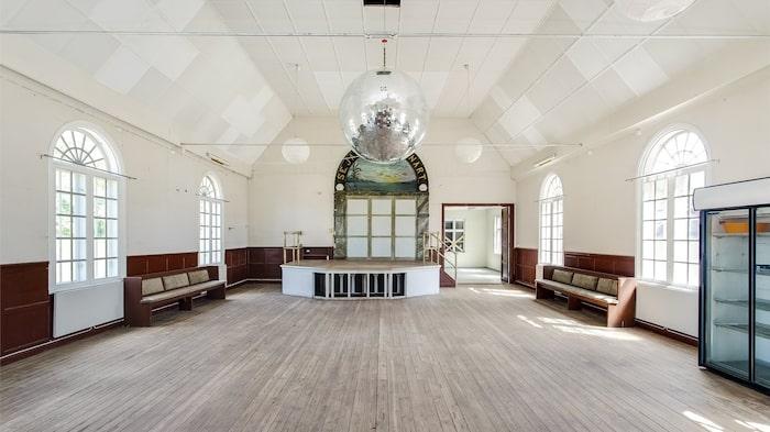 Discokulan i taket vittnar om fester de senaste åren. Men varför inte göra om det till ett gigantiskt vardagsrum?!