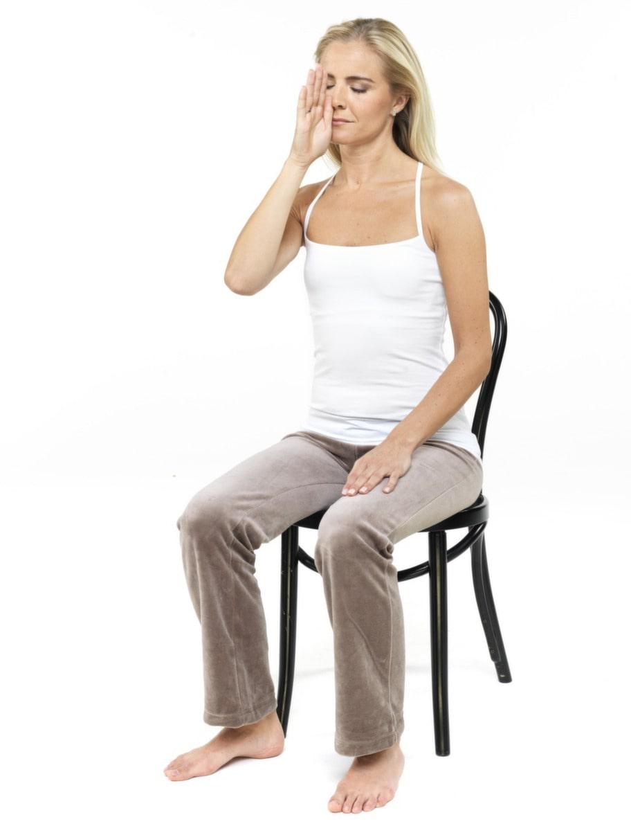 2. Andning genom vänster näsborre: Du trycker tummen eller pekfingret för höger näsborre och andas långa djupa andetag in och ut genom vänster näsborre. Gör detta elva minuter, två-tre gånger per dag. Tänk SAT på in- och NAM på utandning.