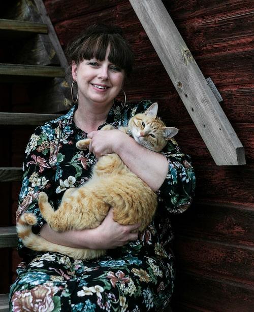 Här bor Linda Thorén med sambo, två barn och två katter. Här är Linda vid ett av uthusen med katten Nalle.