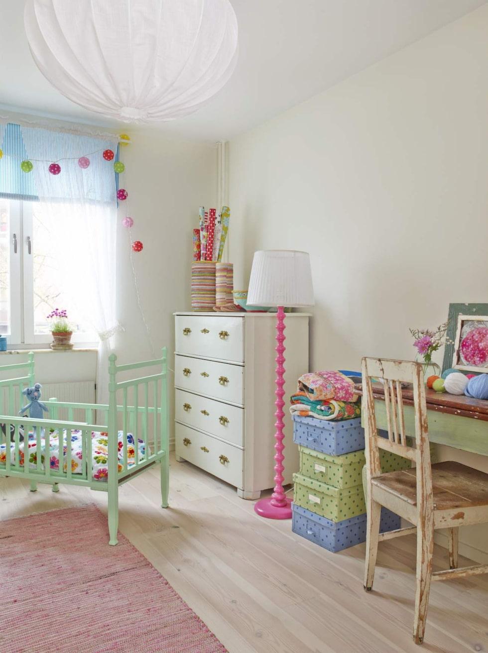 Till bebisen. Barnsängen som är över 100 år är köpt på Auktionsverket och har målats i ljusgrönt.
