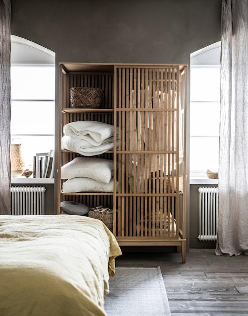 Garderoben Nordkisa med skjutdörr i bambu.