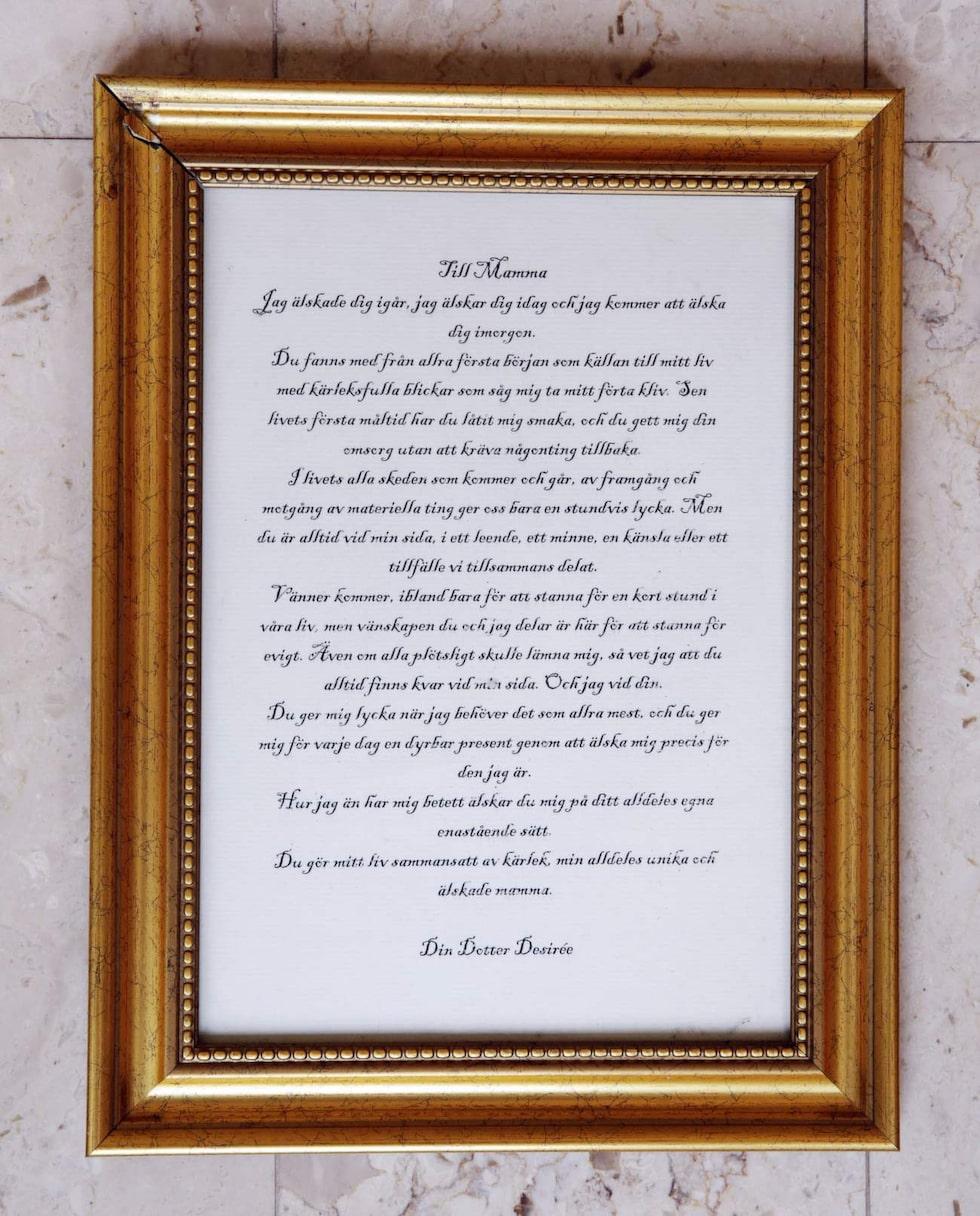 """Ett brev från dottern. Den här tavlan fick hon från sin dotter Desirée en jul. """"Hon är så duktig på att skriva och man blir glad som mamma av alla fina ord."""""""
