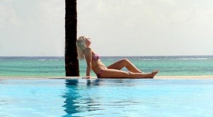 Annika Karlsson från Kalmar solar vid poolen på Karafuu Hotel på Zanzibar. - Jag har aldrig varit på ett så här exotiskt ställe tidigare, säger hon.