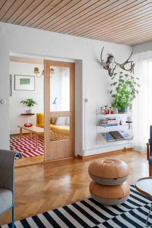 Mellan vardagsrummet och köket ligger ett kombinerat tv-rum och lekrum. Puffarna formgivna av Cecilie Manz är en jubileumsutgåva av Objects Pouf från Fritz Hansen.