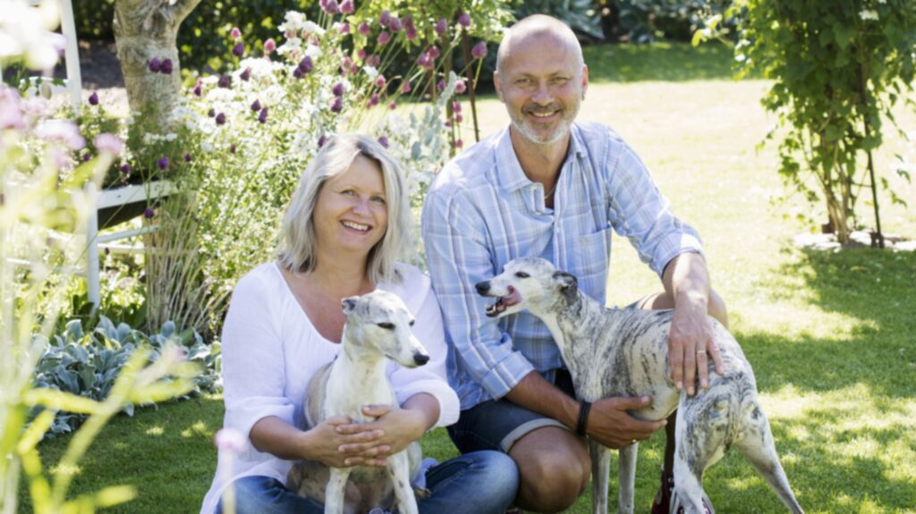 I början gjorde de många misstag. Men nu har Stefan och Susanne fått den trädgård de alltid har önskat sig. Här på bild med whippethundarna Lilja och Stella.