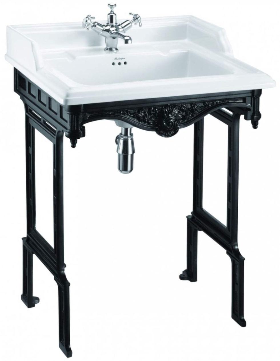 Tvättställ Burlington i porslin med svartmålat underrede i aluminium, 65 centimeter brett, 13 930 kronor, Sekelskifte.