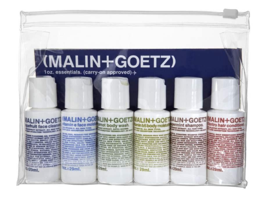 Bäst – innehåller även schampo och balsamNamn: Carry on approved, Malin + GoetzNecessär med sex rengörande och återfuktande produkter för ansikte, kropp och hår. Pris: 325 kronor, 1,2 kronor per ml.Innehåller: Grapefruit cleanser/29 ml, Vitamin e face moisturizer/29 ml, Bergamott body wash/29 ml, Body moisturizer/29 ml, Peppermint shampoo/29 ml och Cilantro hair conditioner/29 ml. Material: Genomskinligt plastnecessär med blixtlås, påfyllningsbara plastflaskor. Vikt: 263 gram.Övrigt: Enda necessären med schampo och balsam.Expertens kommentar: Tar du med den här transparenta necessären i handbagaget behöver du inte lägga produkterna i säkerhetskontrollens plastpåsar. Innehållet, som är anpassat för känslig hy, omfattar ett allt du behöver för rengöring av ansikte, hår och kropp. Extra pluspoäng för att flaskorna lätt kan fyllas på vilket gör att de kan återanvändas resa efter resa.Läs mer: www.eleven.se