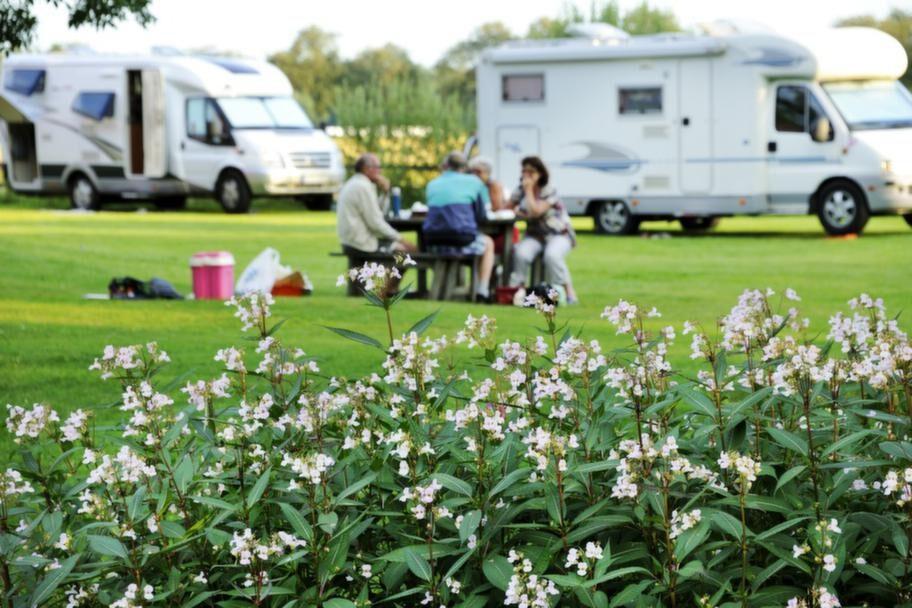 Husbilsturister campar bredvid kanalen.