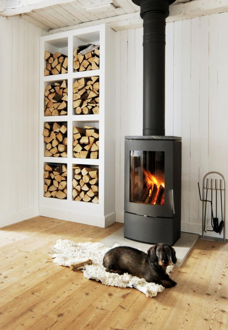 Varm platsDen platsbyggda vedhyllan rymmer mycket ved. Det eldas flitigt i den danska braskaminen i gammaldags stil från Jydespejsen.