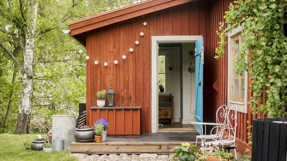 Det här söta torpet utanför Katrineholm är till salu för 950 000 kronor.