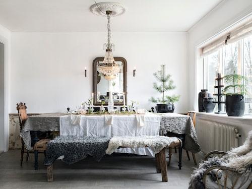 Sandra tycker mycket om att göra fina dukningar och till varje jul gör hon en dukning med ett nytt tema.Kristallkronan är nytillverkad efter äldre förlaga. Den franska kaminspegeln är antik och kommer i från Butik vita ranunkler. Ljuslampetterna är antika.