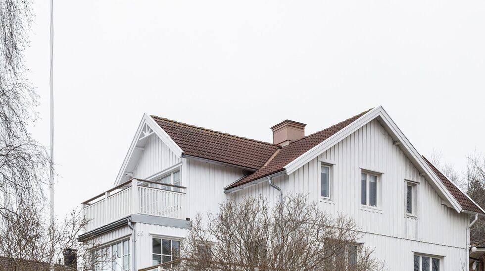 Huset är byggt 1916 på granitgrund med timmerstomme och ligger i Önnered i västra Göteborg.