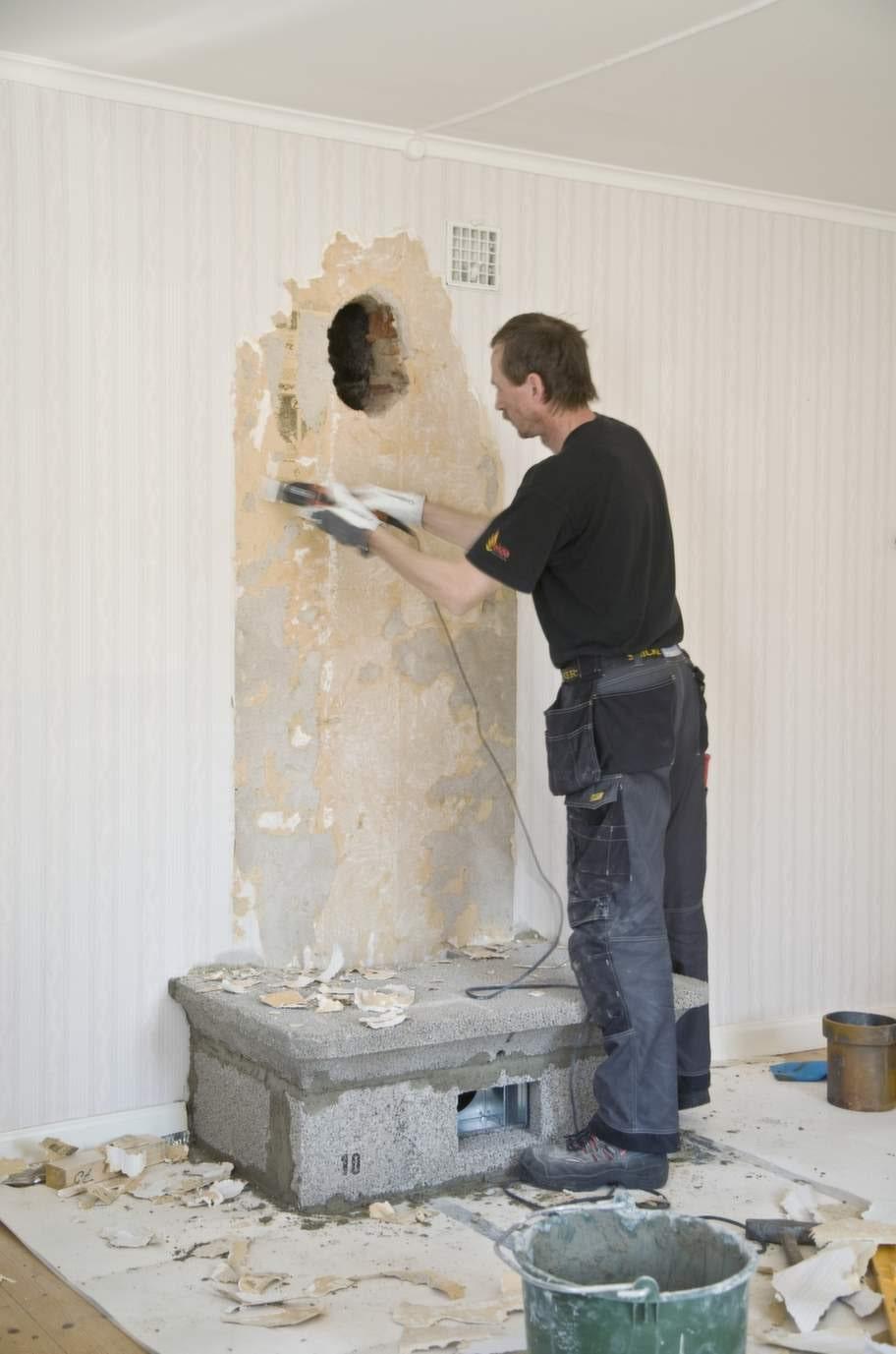 Rökkanal i väggenGolvet är förstärkt och ett hål till rökkanalen är upptaget i väggen. Första eldstadsfundamentet är på plats.