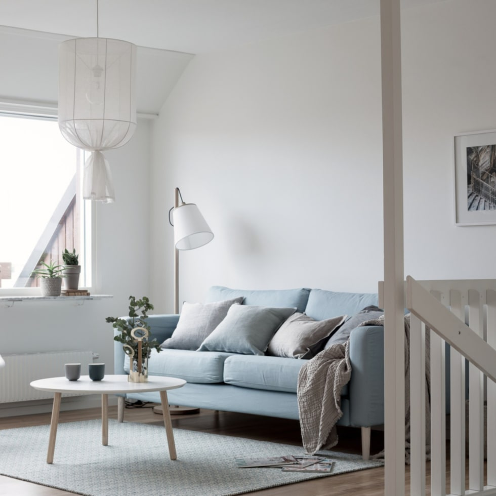 Harmonisk vardagsrum i svala pasteller.