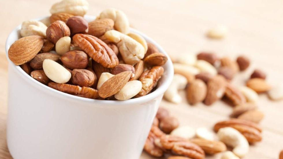 När du fyllt 40 kan det vara bra att tänka på intag av magnesium, kalcium och vitamin D. Bra mat är exempelvis fet fisk, nötter och frön.