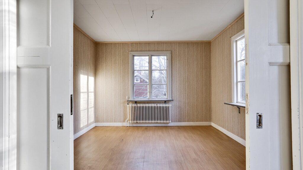 I den gamla lärarbostaden finns både sovrum och vardagsrum.