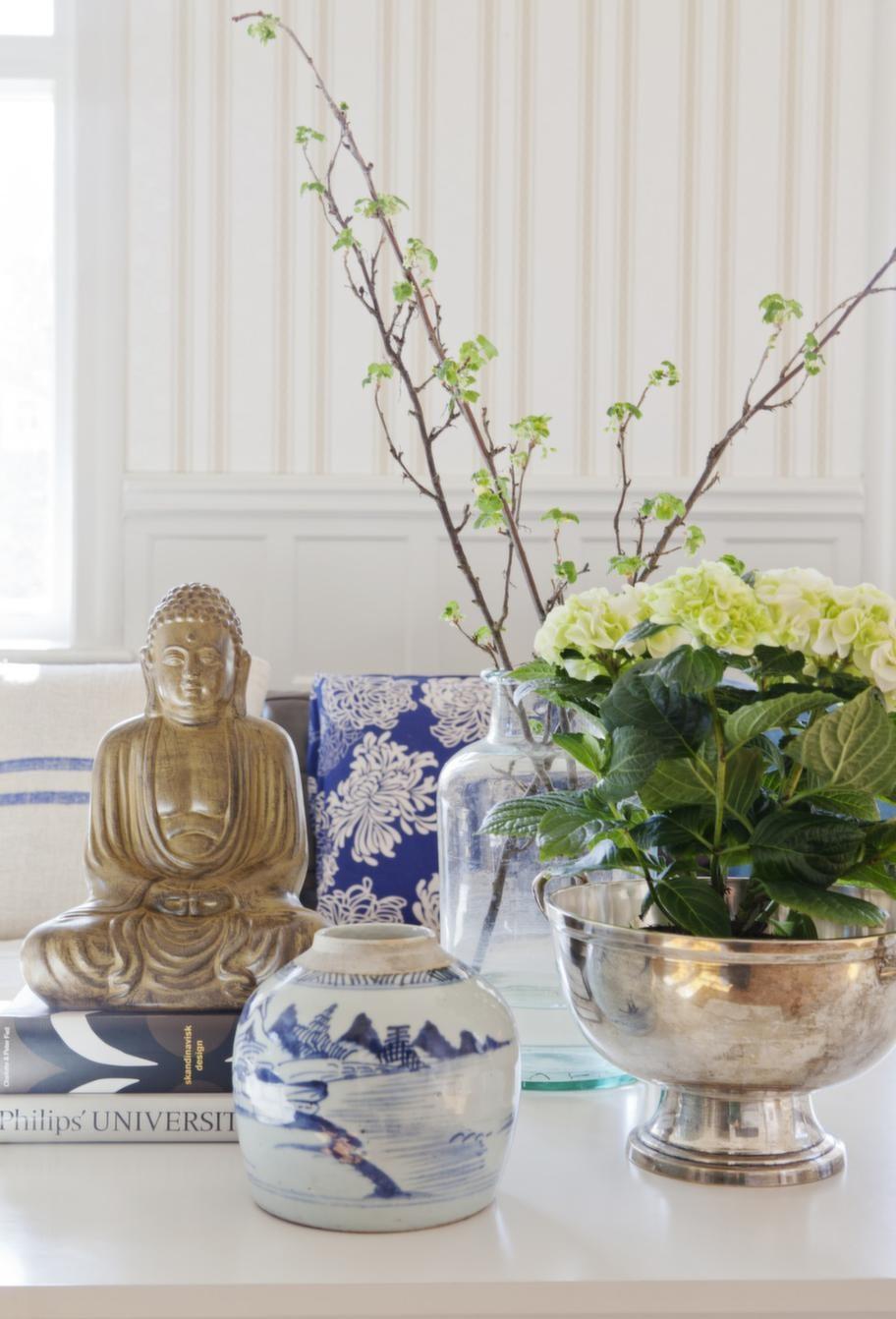 Klassiska skönheter. Johanna grupperar gärna saker hon tycker om. Buddhan kommer från Indiska, antikt krus och silverskål är inropade på auktion.