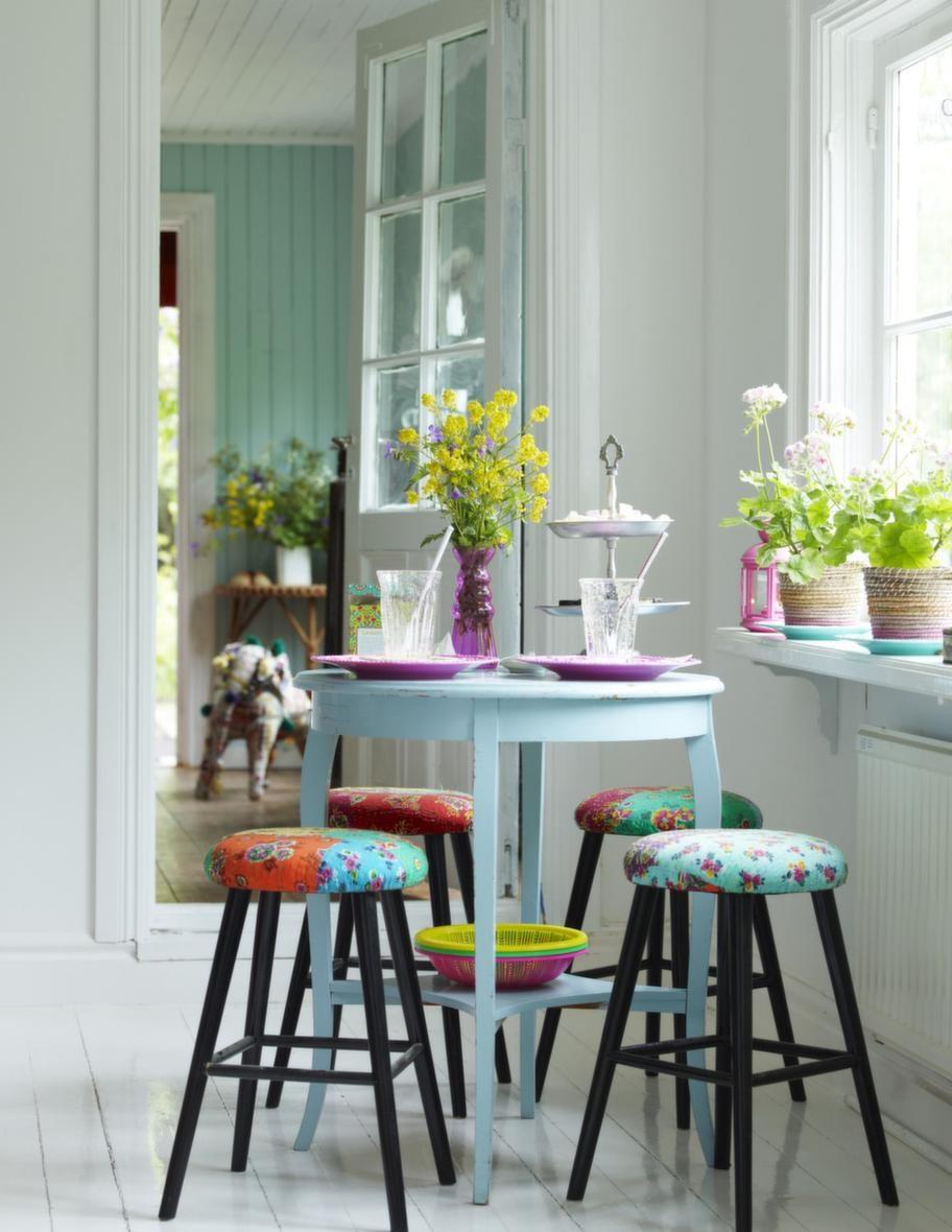 SommarfikaMindre bord kan man ofta fynda på loppis, det här söta i ljusblått är ett bra exempel. Att det är lite nött och avskavt är bara fint. Pall från House doctor med klädd sits, 1 875 kronor, inreda.com.