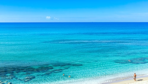 Njut av turkost hav och vita sandstränder på Sardinien.