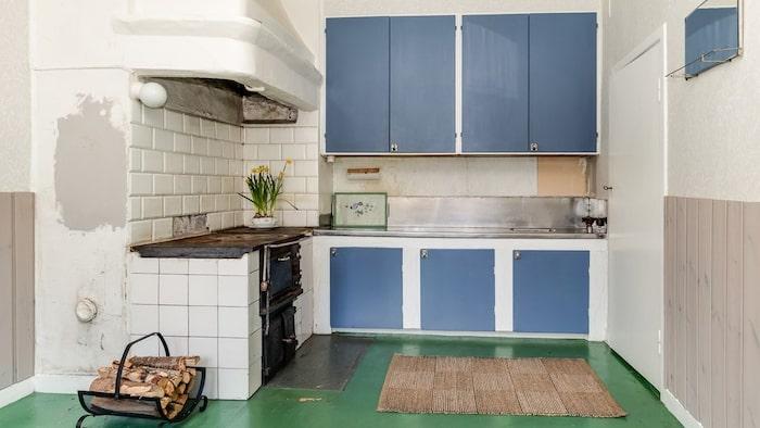 Köket i den gamla lärarbostaden har bevarad vedspis.