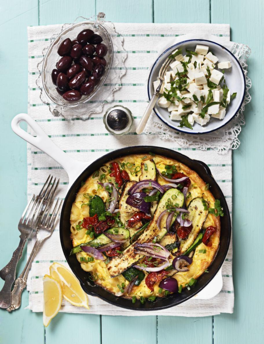 4. ÄGG. Överbliven pasta passar som extra fyllning i en omelett med ugnsrostade grönsaker.