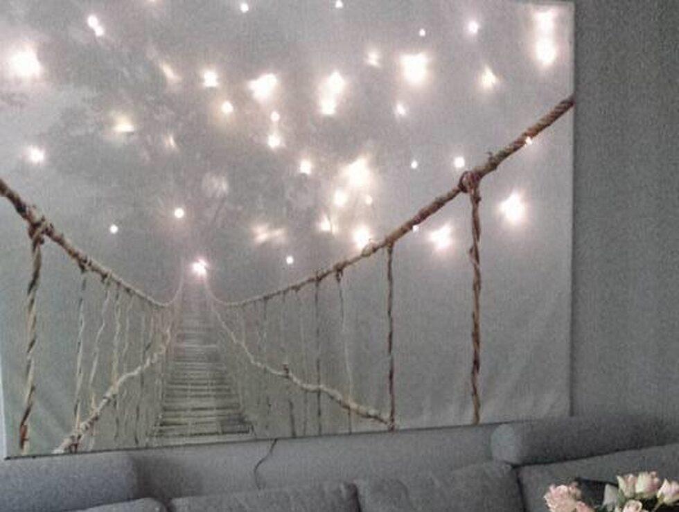 Så här läckert blir det om man hänger julgransbelysning bakom tavlan. Magiskt!