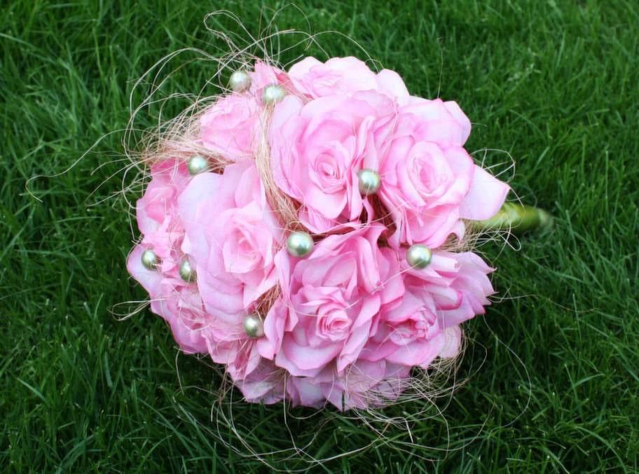 Varje blomma tog en ungefär en timme att göra så totalt lade Jennie ner 25 timmar på buketten. Men det var det värt - så här fint blev resultatet.