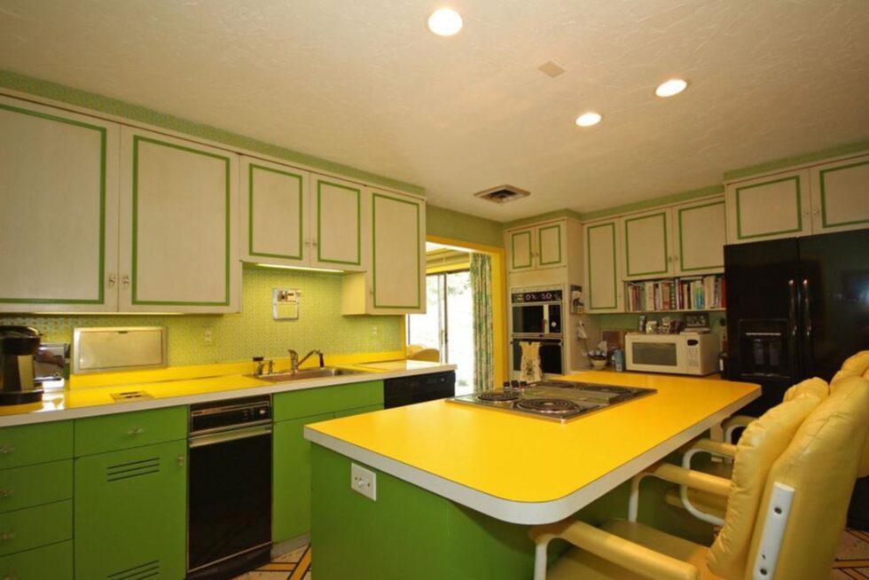 Köket går helt i gult och grönt.